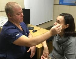 Пластический хирург Эдуард Шихирман с пациенткой