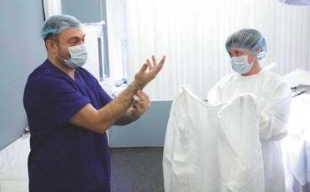 Пластический  хирург Отари Гогиберидзе в операционной