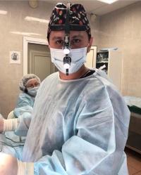 Пластический хирург Фархат Мамедов в операционной