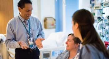 Доктор общается с пациентом через переводчика