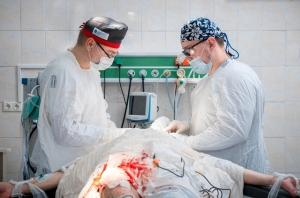 Пластический хирург Александр Цуканов оперирует