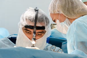 Пластический хирург Рустам Халилуллин оперирует