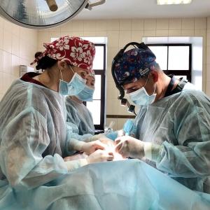Пластический хирург Георгий Абовян в операционной