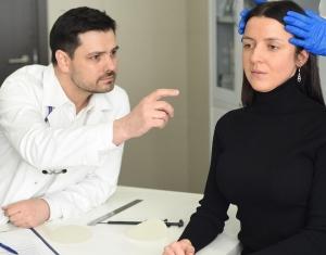 Пластический хирург Валерий Стайсупов с пациенткой