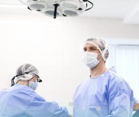 Пластический хирург Станислав Екимов в ходе проведения маммопластики