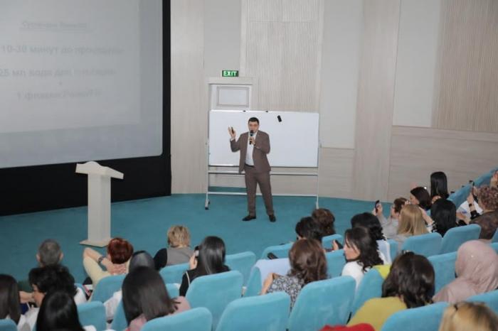 Пластический хирург Вардан Аршакян читает лекцию